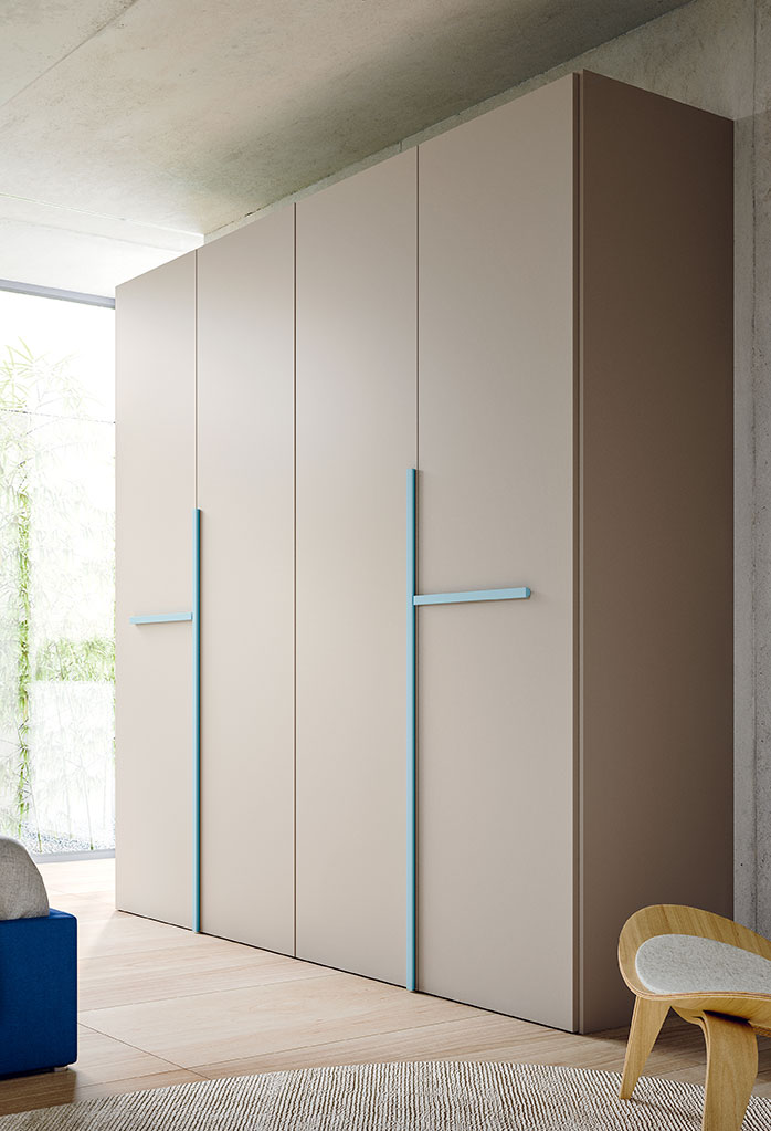 4 door wardrobe with handles of a different colour from doors
