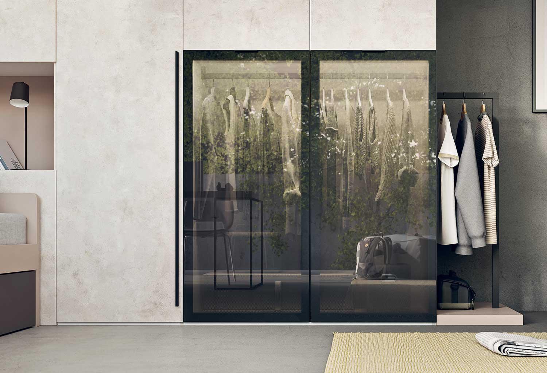 Le ante in vetro possono essere scelte in vetro trasparente, bronzato o fumè, con telaio bianco, alluminio o brunito
