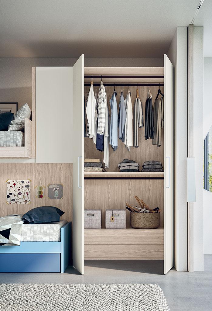 L'armadio Maxy è attrezzato internamente con tubi appendiabiti, ripiano e cassettiera. L'interno è personalizzabile.