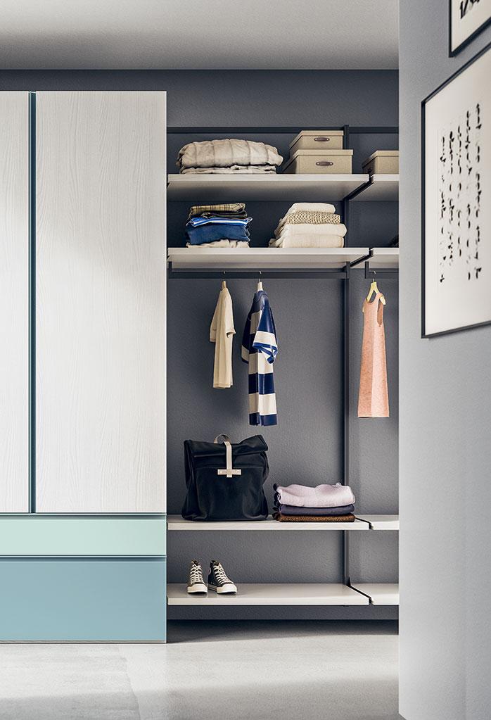 La cabina armadio Naked può essere affiancata ad un armadio con ante battenti o scorrevoli, per guardaroba dall'aspetto personalizzabile