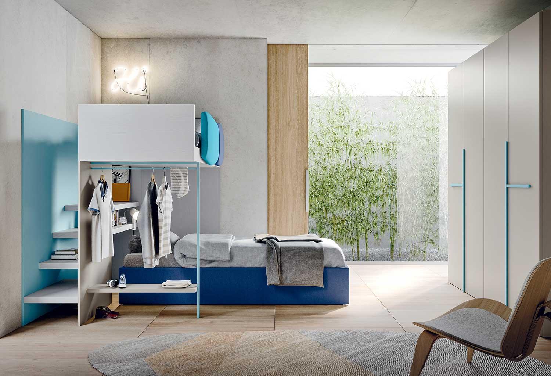 Start S35 è una cameretta con letto a soppalco moderno con tubo appendiabiti e mensola. Con armadio battente.