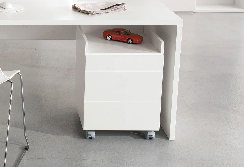 Troller è una cassettiera in laccato bianco con rotelle