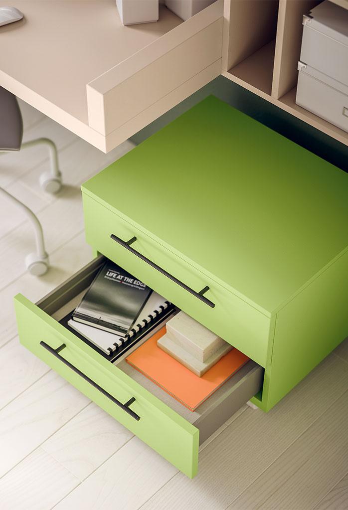 Dettaglio del cassetto inferiore della cassettiera. Maniglie modello Tender.