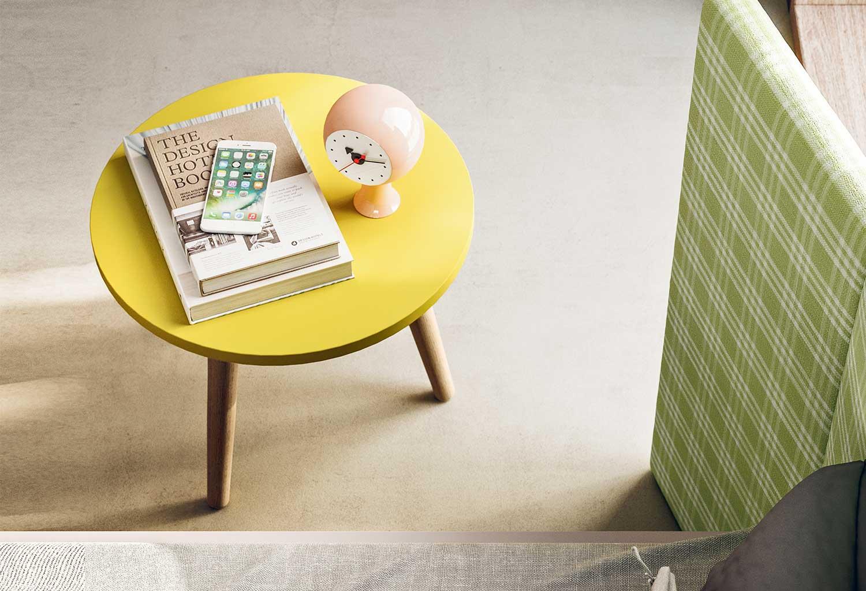Comodino-tavolino con tre gambe in legno e piano laccato