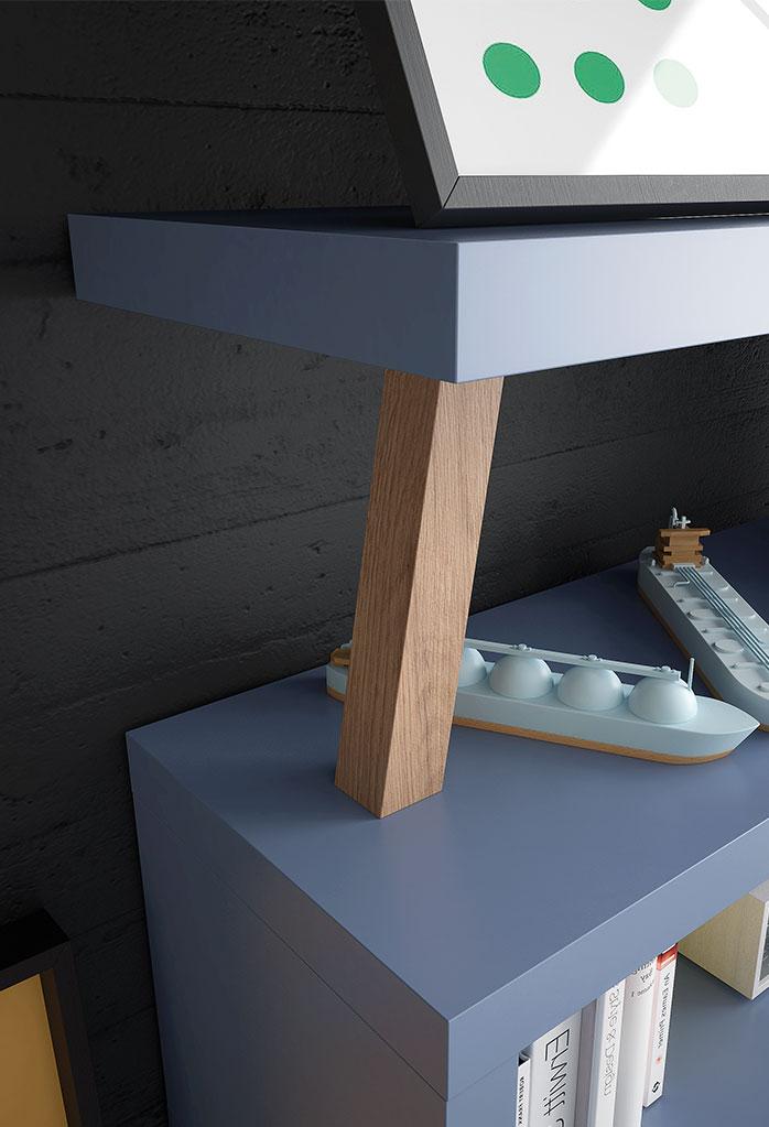 Dettaglio della libreria: ripiani laccati e inserto obliquo in legno