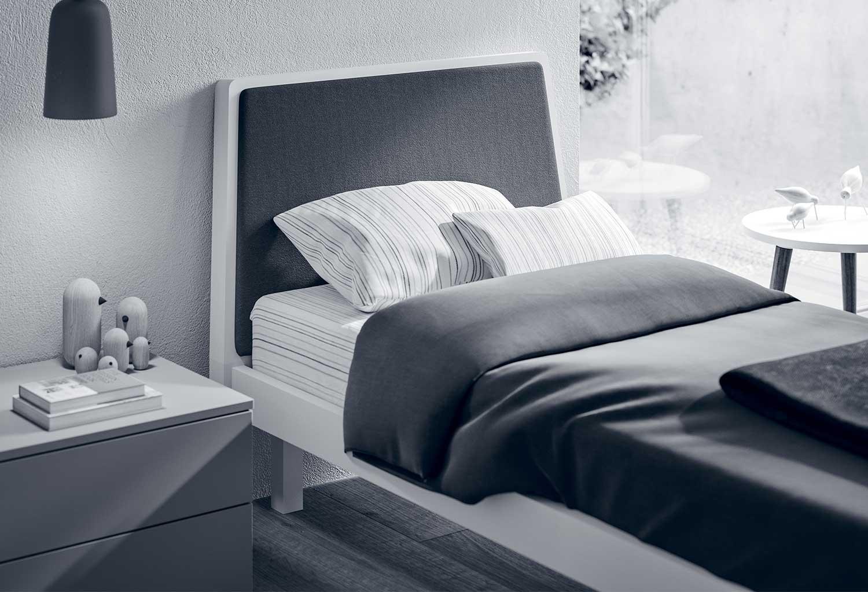 Dettaglio del cuscino di testiera imbottito in tessuto