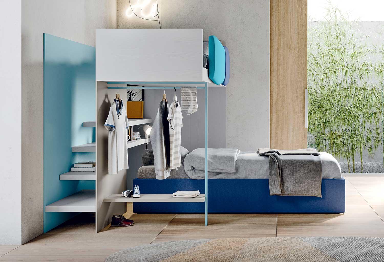 Letto a castello con pedana di salita posteriore che conduce al letto singolo in alto