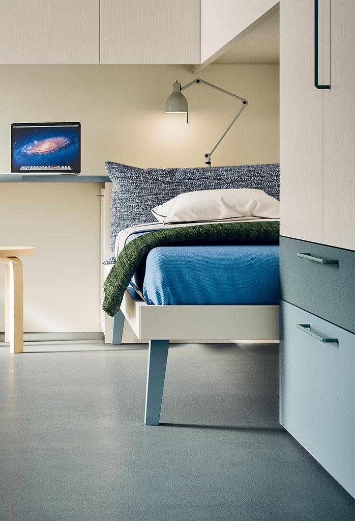 Dettaglio dei piedini alti e del giroletto sottile del letto Botton