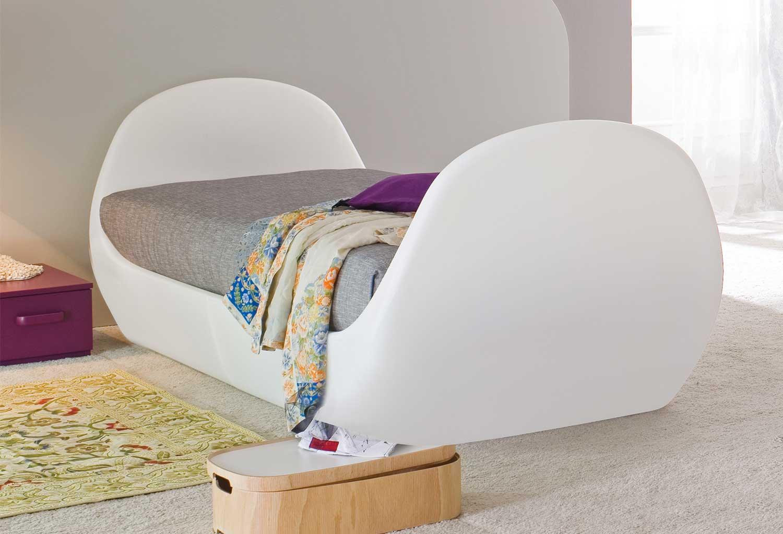 Lully è un letto singolo particolare, in polietilene lavabile e che può illuminarsi al buio