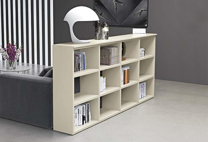 Libreria divisoria retro-divano