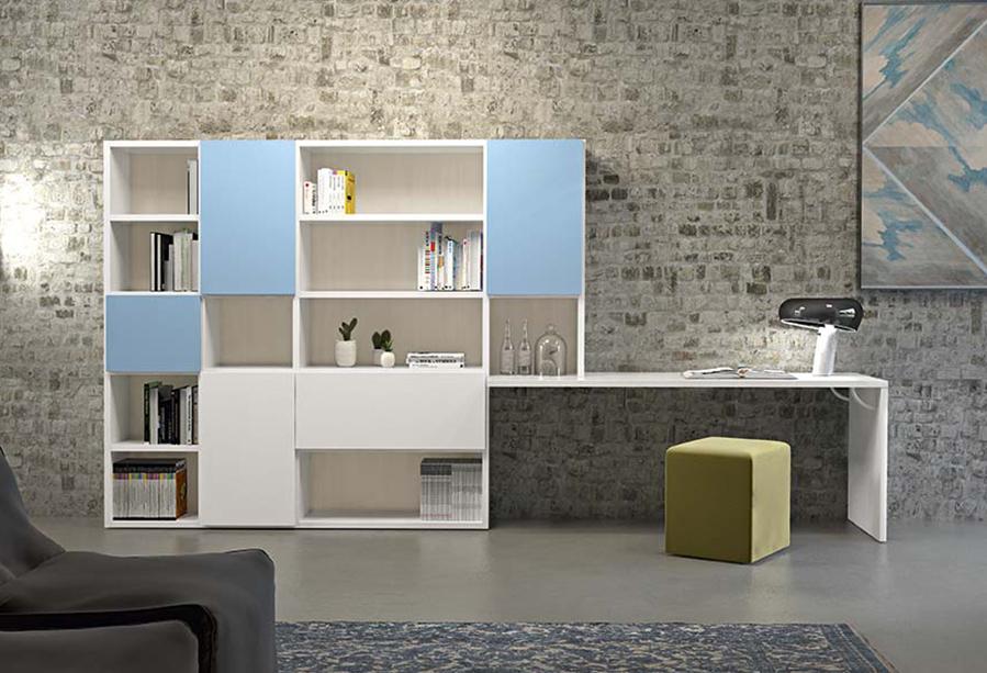 Parete attrezzata con libreria con scrivania integrata. Pouf imbottito Start.