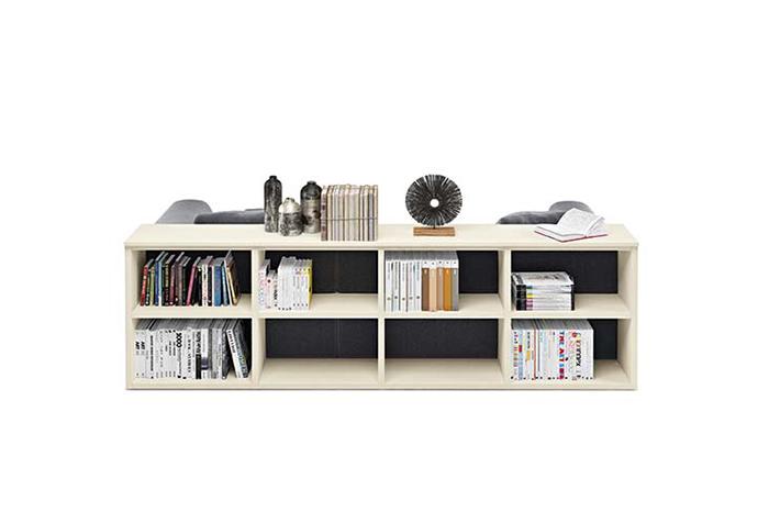 Libreria laccata bassa posizionata dietro il divano