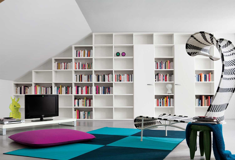La libreria modulare Start è perfetta anche per mansarde e soffitti irregolari