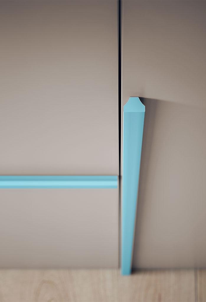 Dettaglio della maniglia Stripe in legno colorata. Per ante armadio battente.