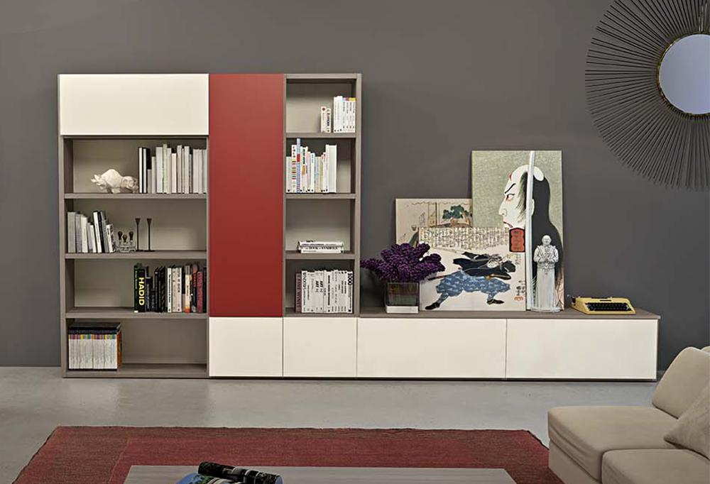 La parete attrezzata Wall System #4 è dotata di ripiani libreria, vani chiusi con anta, base con cassettoni contenitore da usare anche come base porta tv