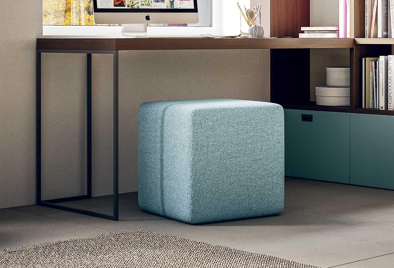 Start è un pouf cubo quadrato in tessuto azzurro, disponibile anche in altri colori