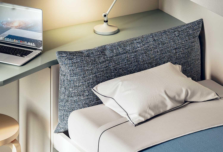 Il piano che si inserisce dietro il letto può essere usato come comodino
