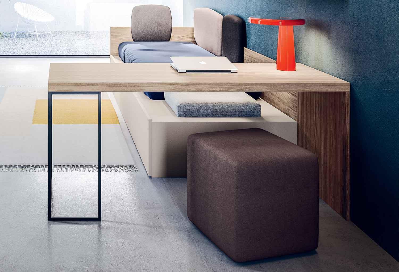 Peninsula desk with one metal leg