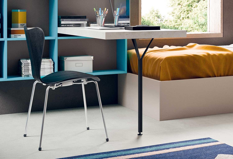 La gamba in metallo rende la scrivania una soluzione moderna
