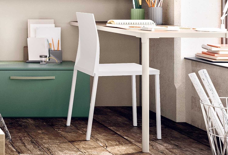 Wave è una sedia tutta bianca in materiale plastico resistente