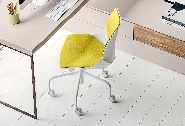 Coral è una sedia bianca e gialla disponibile anche in moltissimi altri colori
