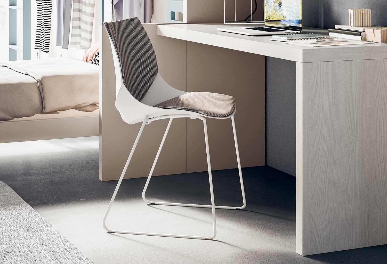 Coral è una sedia con gambe a slitta in metallo bianco con gommini che proteggono il pavimento