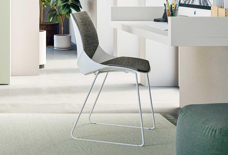 La scocca della sedia Coral può essere completamente realizzata in materiale plastico oppure impreziosita da imbottiture in tessuto o ecopelle