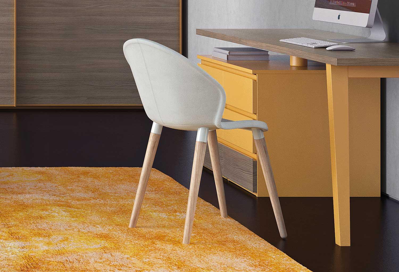 Lo schienale della sedia Zen è impreziosito da una cucitura verticale