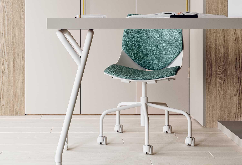 La struttura della sedia Coral Ruote è disponibile unicamente in bianco