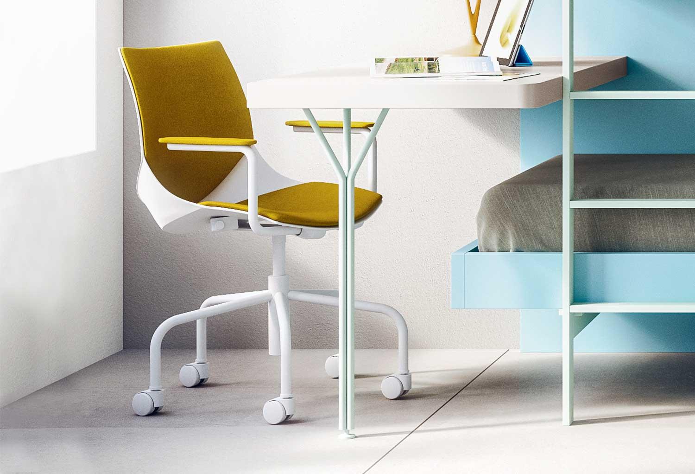 Coral è una sedia con ruote e con braccioli per scrivania