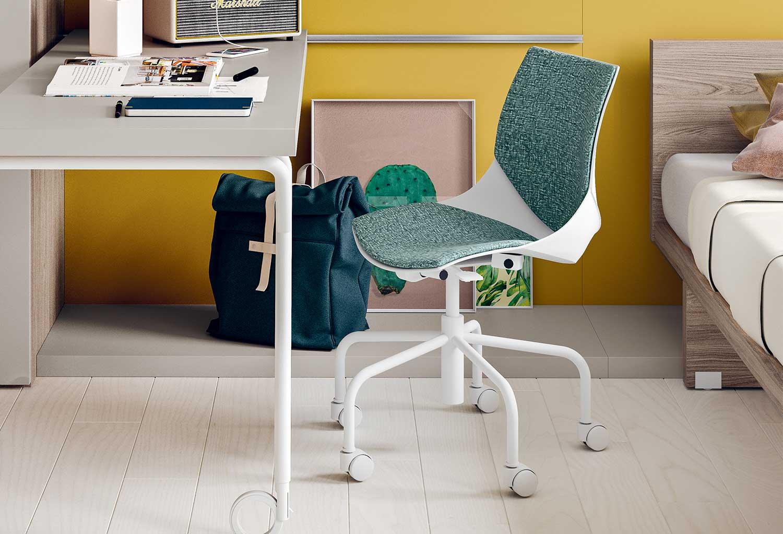 La seduta della sedia Coral Ruote è imbottita in tessuto o ecopelle in un'ampia gamma di colori