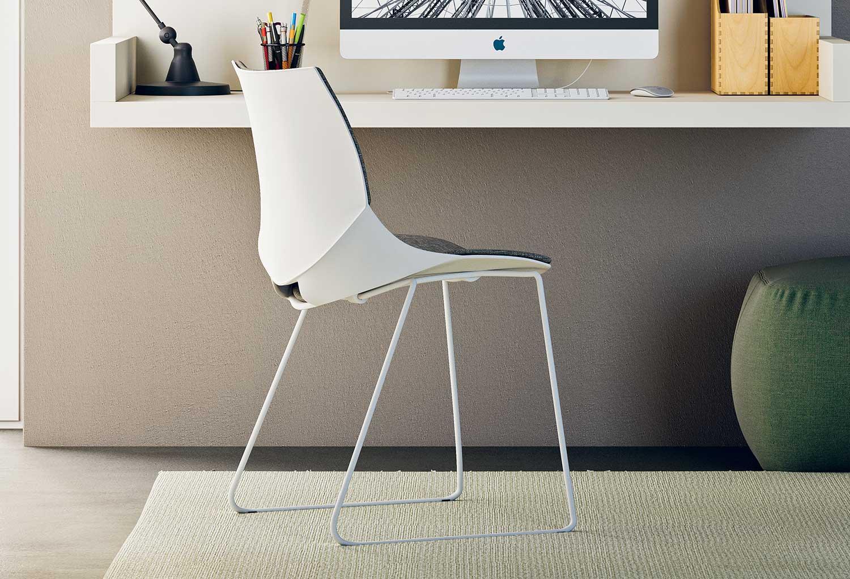 La scocca della sedia Coral ha una forma originale e confortevole, con apertura nella parte bassa dello schienale
