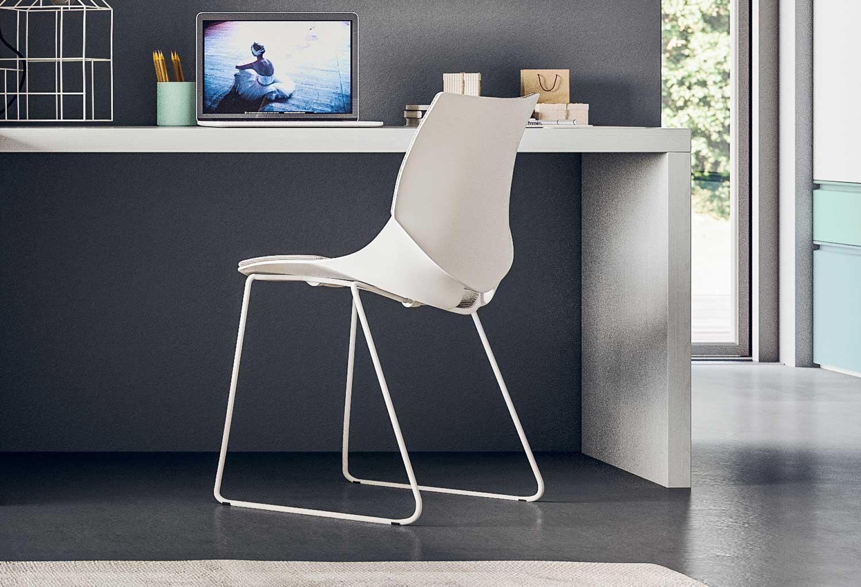 Questa sedia con gambe a slitta è molto versatile e ideale in camera, cameretta, studio e soggiorno