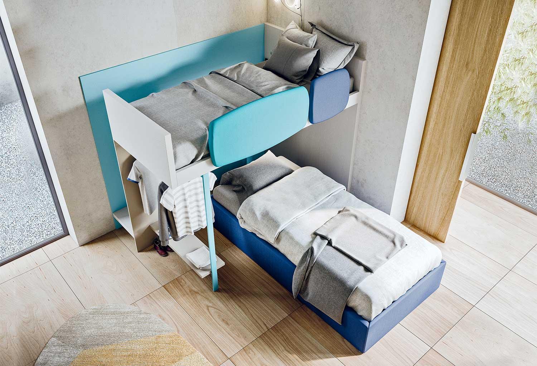 Il letto superiore è dotato di protezioni anticaduta in melaminico, laccato o imbottite in tessuto e ecopelle