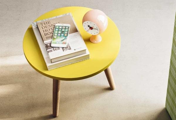 Comodino-tavolino giallo e legno Tripode