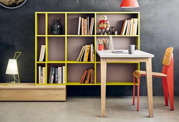 Zona studio con scrivania incorporata nella libreria