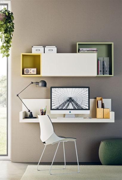 Zona studio con mensola-scrivania sospesa