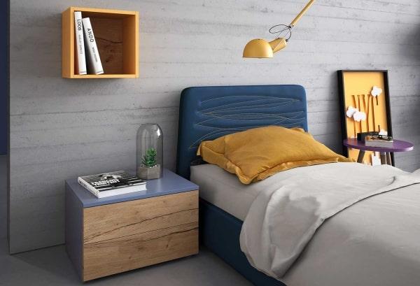 Mensola cubo posizionata vicino al letto