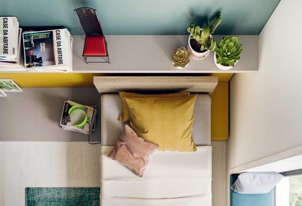 Mensola posizionata dietro al letto della cameretta